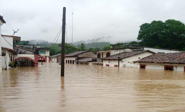 AMLO suspende su gira en Nayarit para atender inundaciones en Tabasco